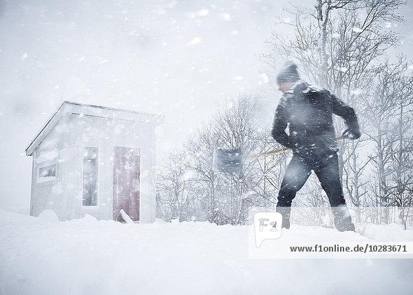 Mann Schaufel Schnee