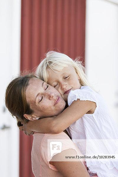 Frau umarmen Tochter