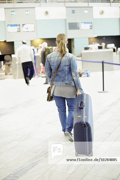 Frau Koffer Flughafen