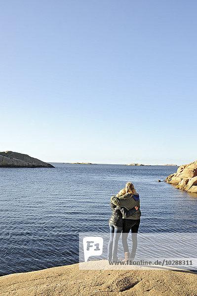 Schweden  Bohuslan  Lysekil  Freunde beim Blick aufs Meer