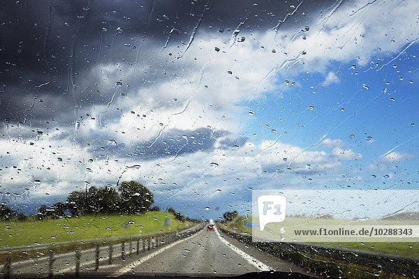 Schweden  Skane  Landstraße durch nasse Windschutzscheibe gesehen