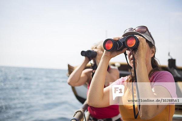 Schweden  Touristen  die durchs Fernglas schauen