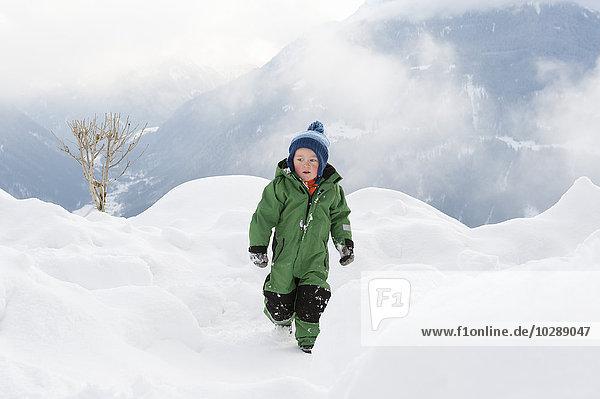 Österreich  Vorarlberg  Mädchen (2-3) in Schneeverwehung