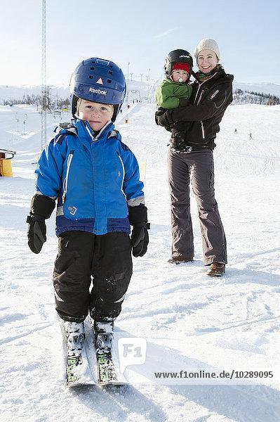 Schweden  Harjedalen  Tanndalen  Porträt einer Frau mit Jungen (2-3  4-5) im Skiurlaub