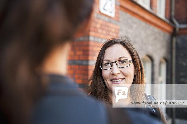 Schweden  Vastergotland  Göteborg  Zwei Frauen im Gespräch