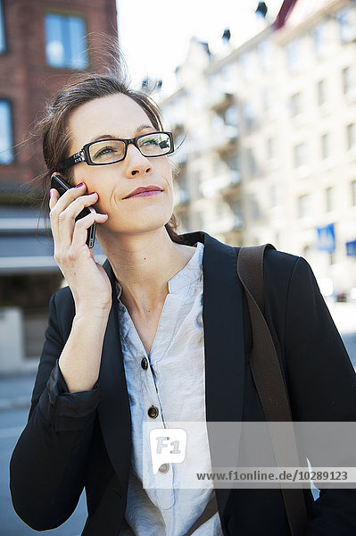Schweden  Vastergotland  Göteborg  Frau spricht auf Smartphone