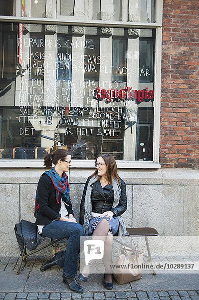 Schweden  Vastergotland  Göteborg  Zwei Freunde sitzen im Freien