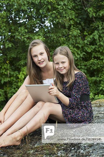 Schweden  Ostergotland  Vikbolandet  Mädchen (8-9  12-13) mit digitalem Tablett