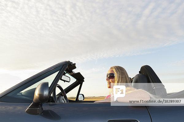Schweden  Ostergotland  Frau fährt Auto