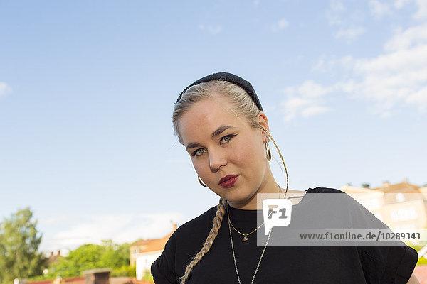Schweden  Ostergotland  Mjolby  Portrait einer jungen Frau im Sommer