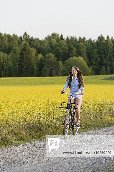 Schweden  Sodermanland  Stigtomta  Teenage Girl (14-15) Radfahren zwischen den Feldern