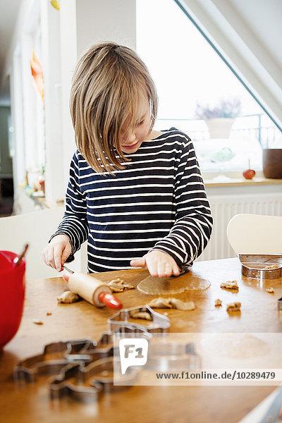 Mädchen (6-7) macht Kekse