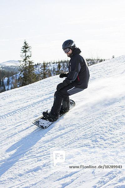 Sweden  Harjedalen  Vemdalen  Man ridding on snowboard