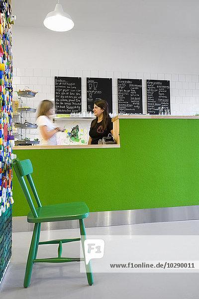 Schweden  Skane  Helsingborg  Frau und Mädchen (12-13) im Cafe