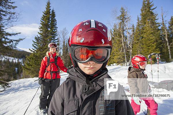 Norwegen  Osterdalen  Trysil  Mama und ihre beiden Kinder (4-5  8-9) beim Skifahren