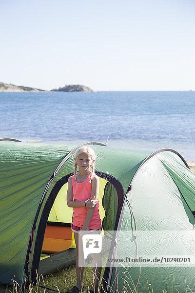 Schweden  Schwedische Westküste  Halland  Kungsbackafjord  Mädchen (10-11) vor dem Zelt stehend