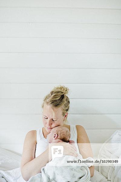 Schweden  Mittlere erwachsene Frau mit einem Jungen (0-1 Monate) im Arm