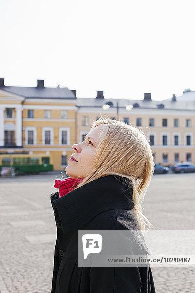 Finnland  Helsinki  Senatsplatz  Porträt einer Frau  die aufschaut