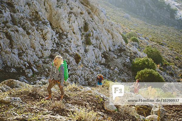 Griechenland  Dodekanes  Kalymnos  Junge Frau erkundet Berge