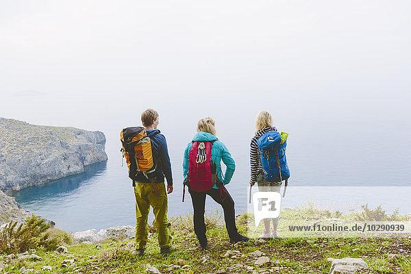 Griechenland  Dodekanes  Kalymnos  Backpackers mit Blick aufs Meer