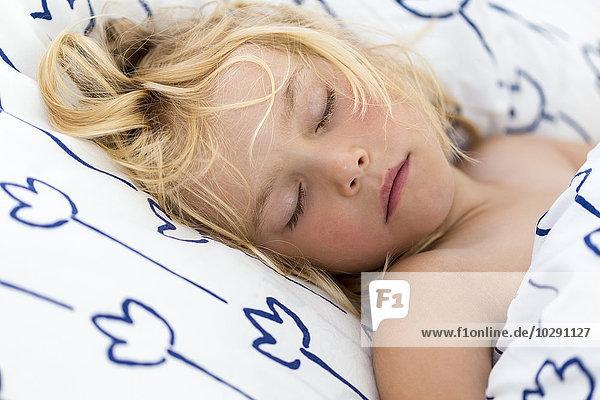 Mädchen schläft im Bett  Kiel  Schleswig-Holstein  Deutschland  Europa