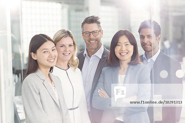 Porträt von selbstbewussten Geschäftsleuten im Büro