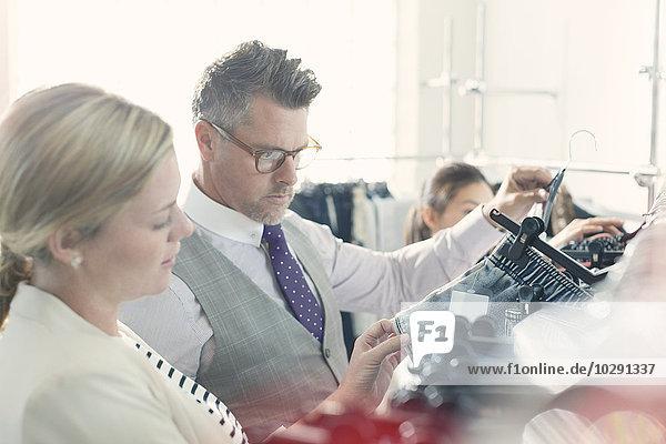 Modedesigner untersuchen Kleidung