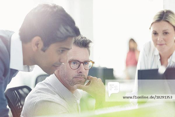 Geschäftsleute am Computer im sonnigen Büro