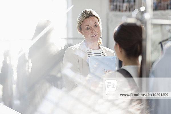Geschäftsfrauen sprechen im sonnigen Büro