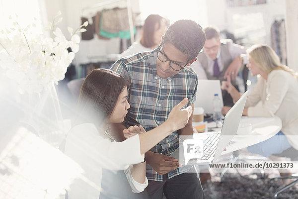 Modedesigner Brainstorming mit Laptop im Büro
