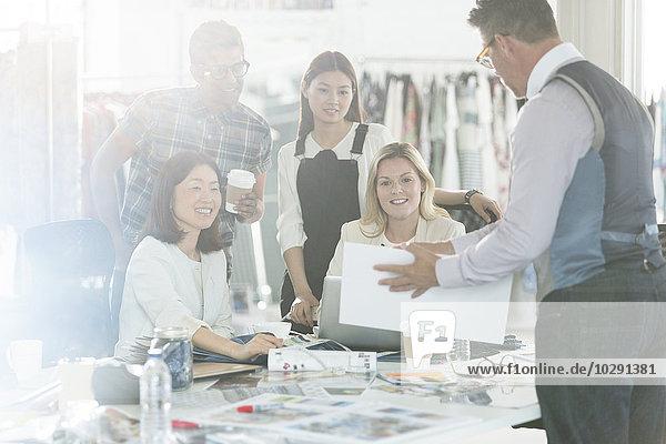 Modedesigner Brainstorming mit Proofs und Mustern im Büro