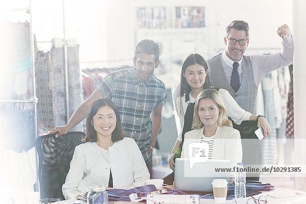 Portrait selbstbewusste Modedesigner treffen sich im Büro