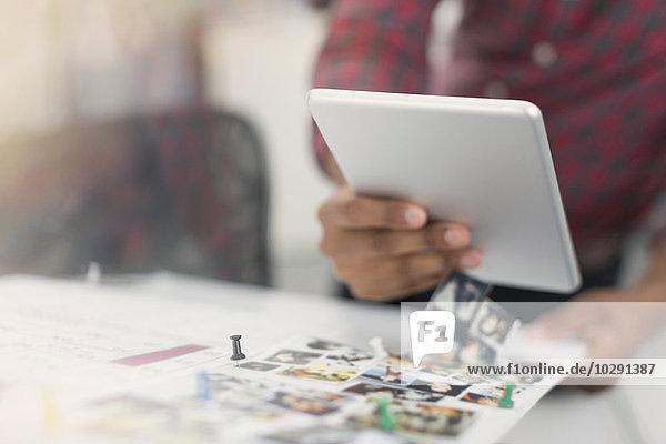 Nahaufnahmen von Modedesignern mit digitalen Tabletts und Fotoproofs