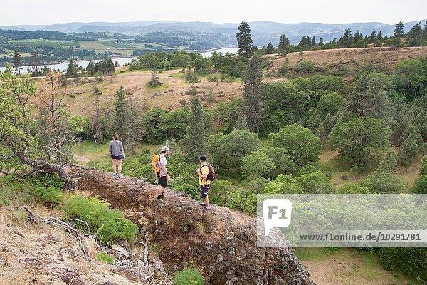 Kleine Gruppe von Wanderern entlang des Bergrückens  erhöhte Aussicht