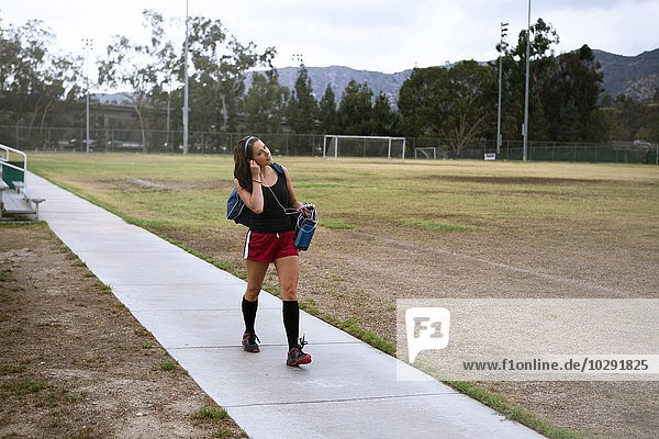 Fußballspieler mit Smartphone im Feld