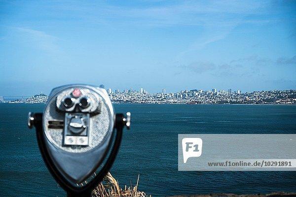 Münzfernglas  Skyline im Hintergrund  San Francisco  Kalifornien  USA