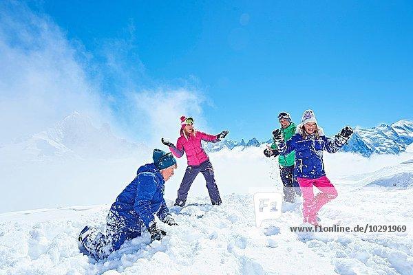 Familie mit Schneeballschlacht  Chamonix  Frankreich