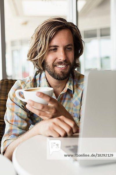 Mittlerer Erwachsener Mann im Coffee Shop  Kaffee trinken  mit Laptop