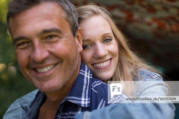 Porträt eines reifen Mannes und einer jungen blonden Freundin