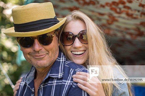 Porträt eines reifen Mannes und einer Freundin mit Sonnenbrille