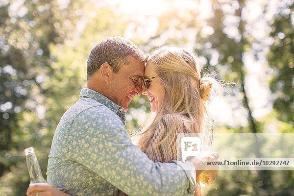 Romantische reife Mann umarmende Freundin im Garten