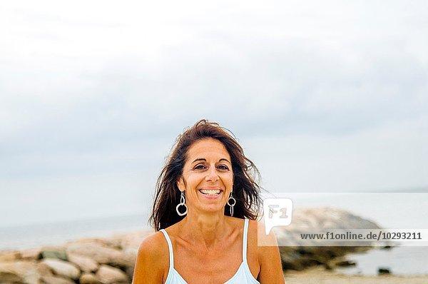 Porträt einer lächelnden reifen Frau an der Küste  Cape Cod  USA
