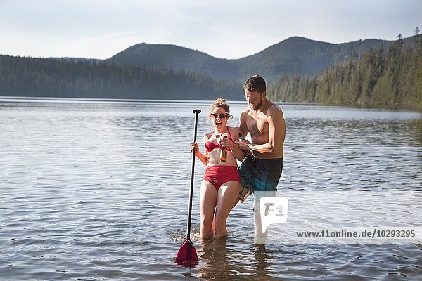Junges Paar in Lake  Lost Lake  Oregon  USA