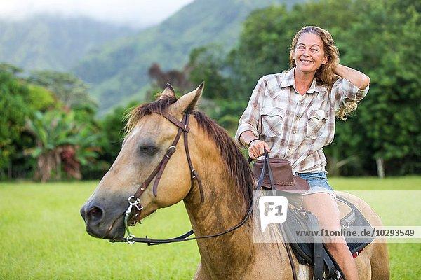 Porträt einer reifen Frau zu Pferd