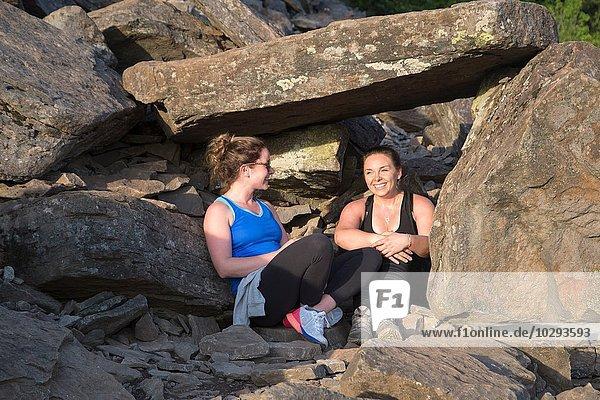 Frauen entspannen auf Felsen  Angel's Rest  Columbia River Gorge  Oregon  USA