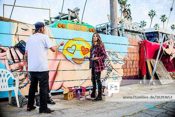 Graffitikünstler von painted wall  Venice Beach  Kalifornien  USA