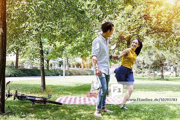 Junges Pärchen beim Picknick im Park
