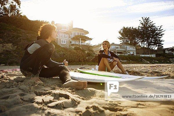 Entspannen am Strand  Surfbretter daneben