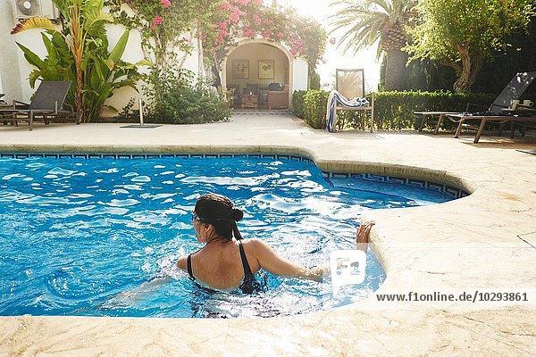 Reife Frau schwimmt in der Ferienwohnung Schwimmbad