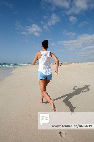 Rückansicht der mittleren erwachsenen Frau am Strand  Kap Verde  Afrika